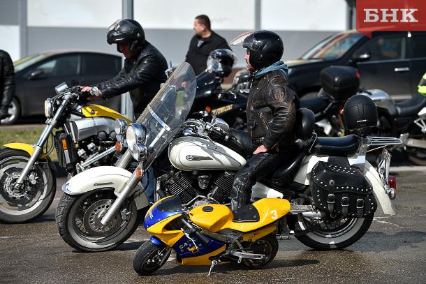 Мотоциклисты в Сыктывкаре «нарезали восьмерки» и «катили бочку»