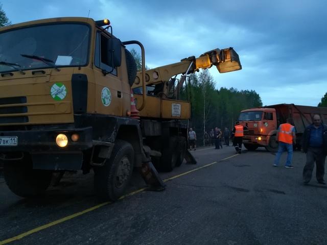 Съехавшая в кювет фура на день «заблокировала» федеральную трассу в Коми