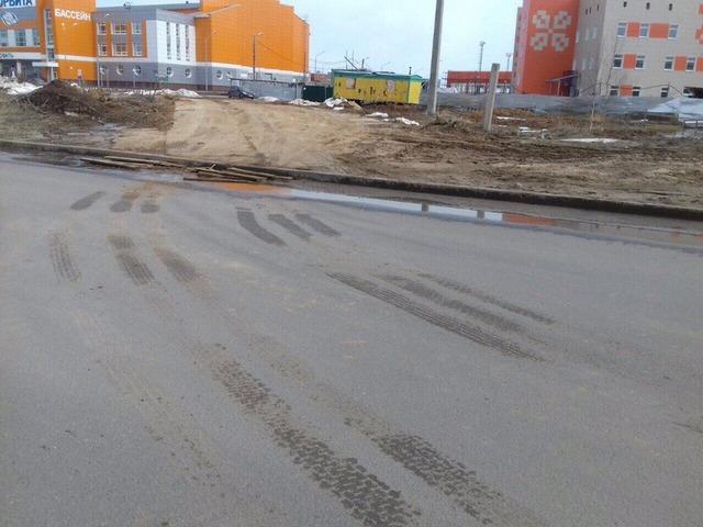 Транспорт застройщиков рушит бордюры и пешеходные дорожки в Сыктывкаре
